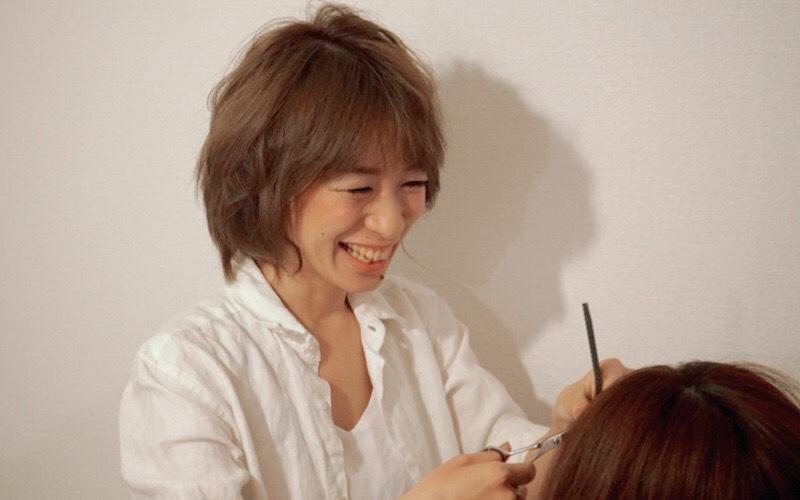 美容歴15年。名古屋市内のドライカットの専門店で8年勤務し、2018.5月にフリーランスに転向。髪の毛をすかずに、彫刻のようにヘアスタイルを創り上げていくドライカット専門美容師。